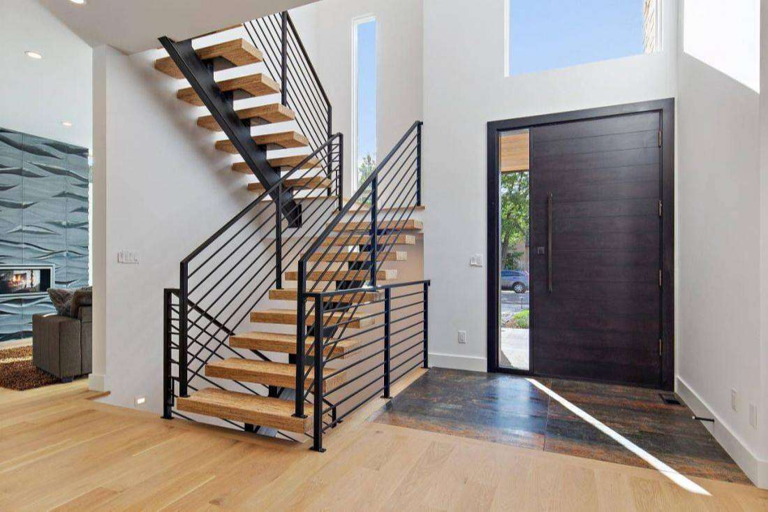 Nếu sử dụng cầu thang có bậc lên xuống bị hở thì nên kết hợp với lan can hai bên
