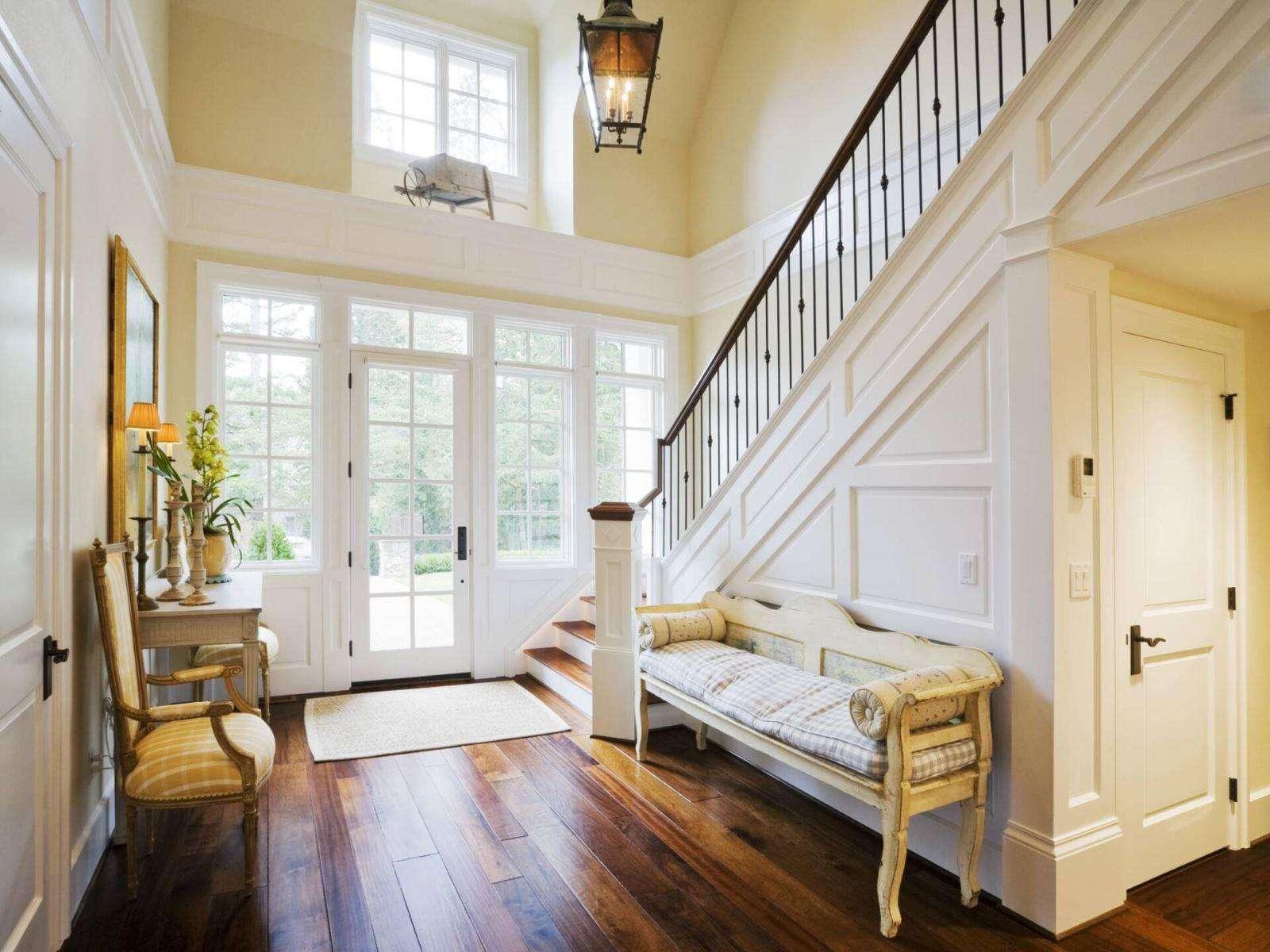 Cầu thang không hướng ra cửa chính.