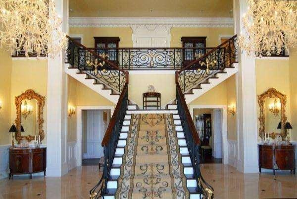 Tránh đặt cầu thang chính giữa ngôi nhà