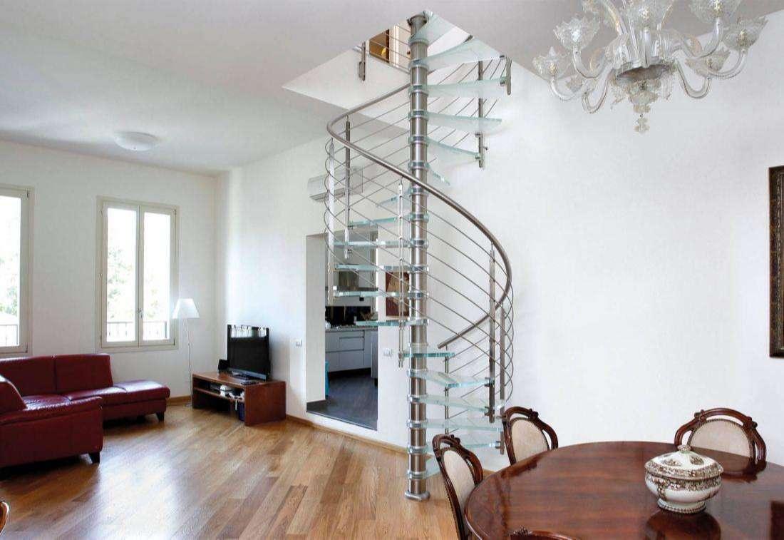 Cầu thang xoắn quanh cột không nên để trong nhà