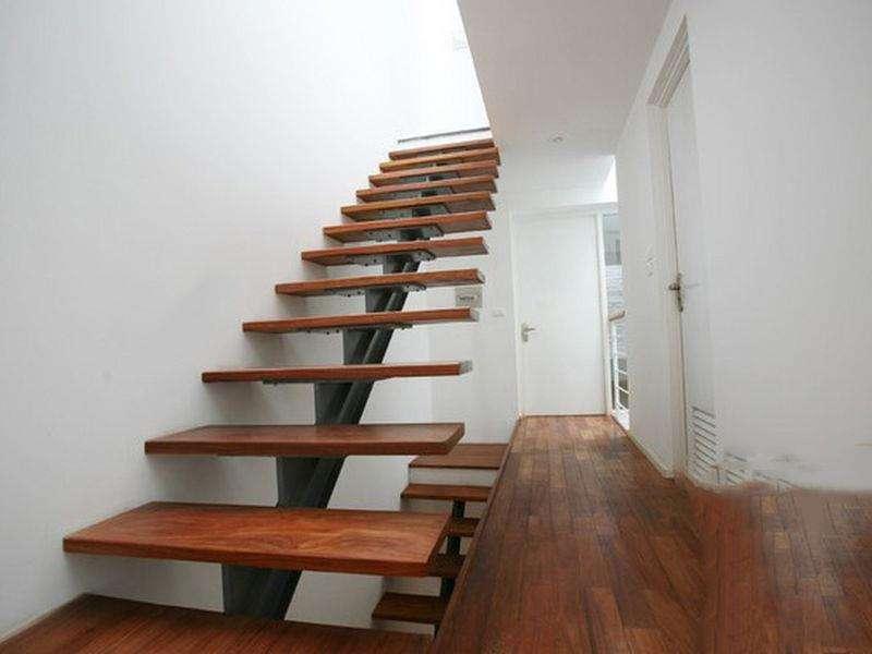 Hạn chế dùng cầu thang có bậc lên xuống bị hở
